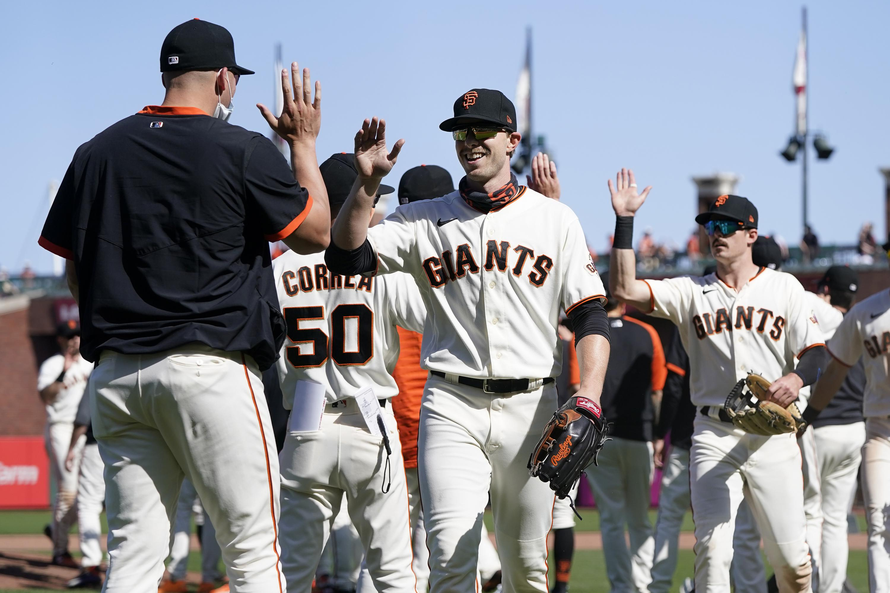Giants hit 3 HRs, Gausman solid in a 7-1 win over Padres