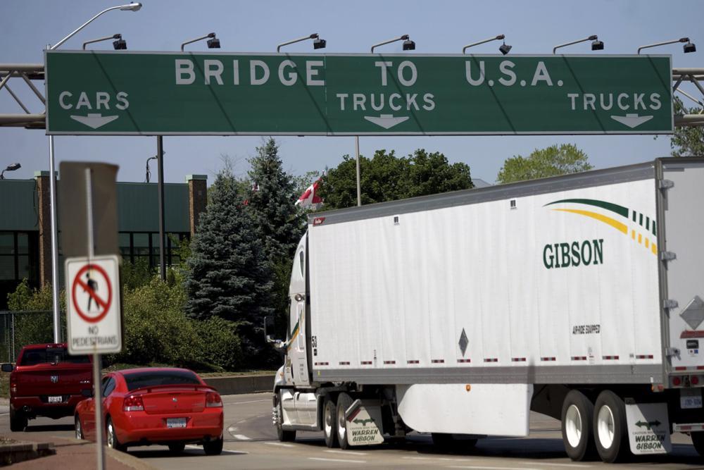 FILE - Trong ảnh hồ sơ Thứ Sáu ngày 15 tháng 6 năm 2012 này, những người lái xe ô tô tiến đến Cầu Ambassador nối Canada với Hoa Kỳ ở Windsor, Ontario.  Hoa Kỳ sẽ mở lại biên giới đất liền cho du lịch không cần thiết vào tháng tới, chấm dứt tình trạng đóng băng kéo dài 19 tháng do đại dịch COVID-19 khi quốc gia này yêu cầu tất cả du khách quốc tế phải tiêm vắc xin chống lại coronavirus.  Các quy tắc mới, sẽ được công bố vào thứ Tư, ngày 13 tháng 10 năm 2021 sẽ cho phép các công dân nước ngoài đã được tiêm phòng đầy đủ vào Hoa Kỳ bất kể lý do đi du lịch là gì (Mark Spowart / The Canadian Press qua AP, File)