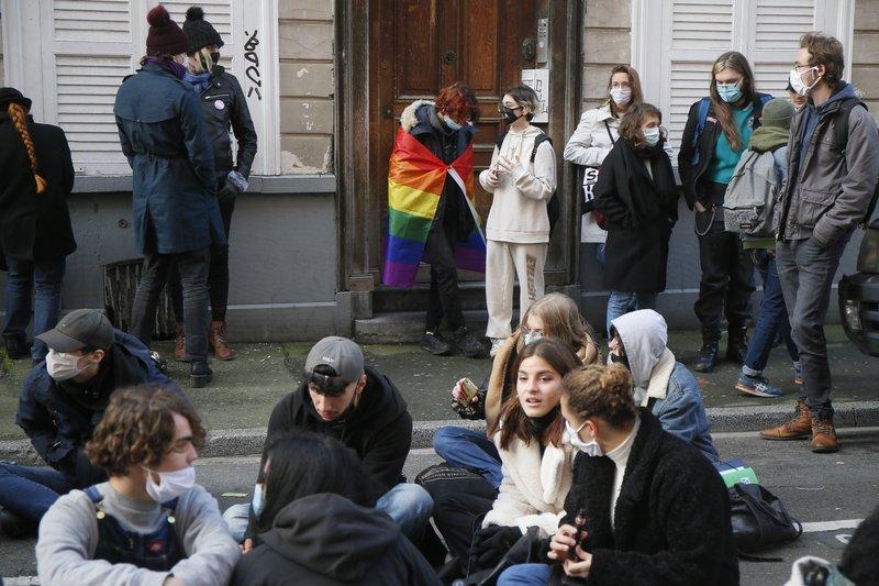 Estudantes protestaram por morte de colega trans. (Foto: AP / Michel Spingler)