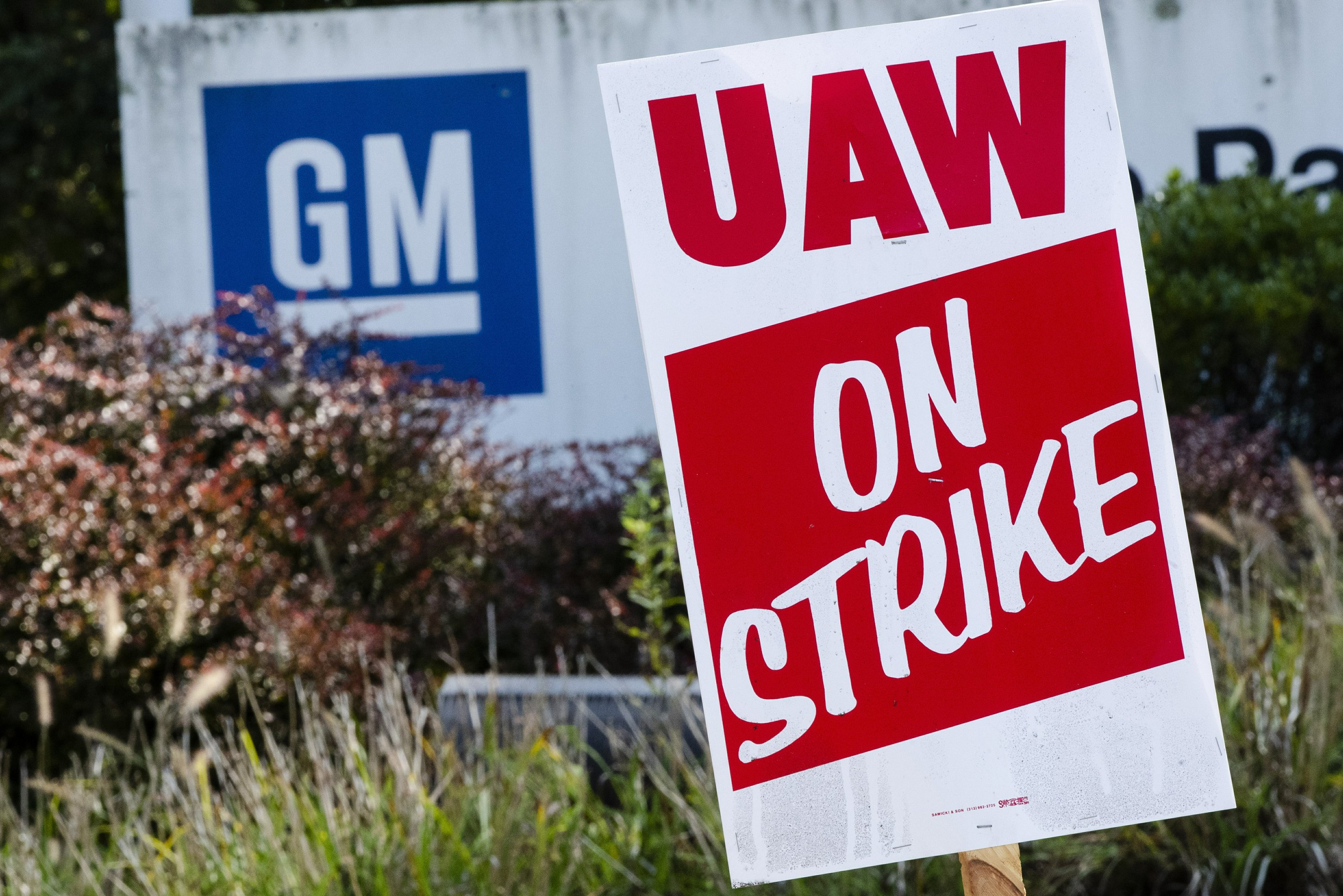 GM reverses course, says strikers will keep health coverage