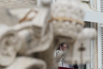 ARCHIVO - En esta imagen de archivo del domingo 3 de octubre de 2021, el papa Francisco ofrece su bendición durante la plegaria del Angelus desde la ventana de su estudio con vistas a la Plaza de San Pedro, en el Vaticano. (AP Foto/Alessandra Tarantino, Archivo)