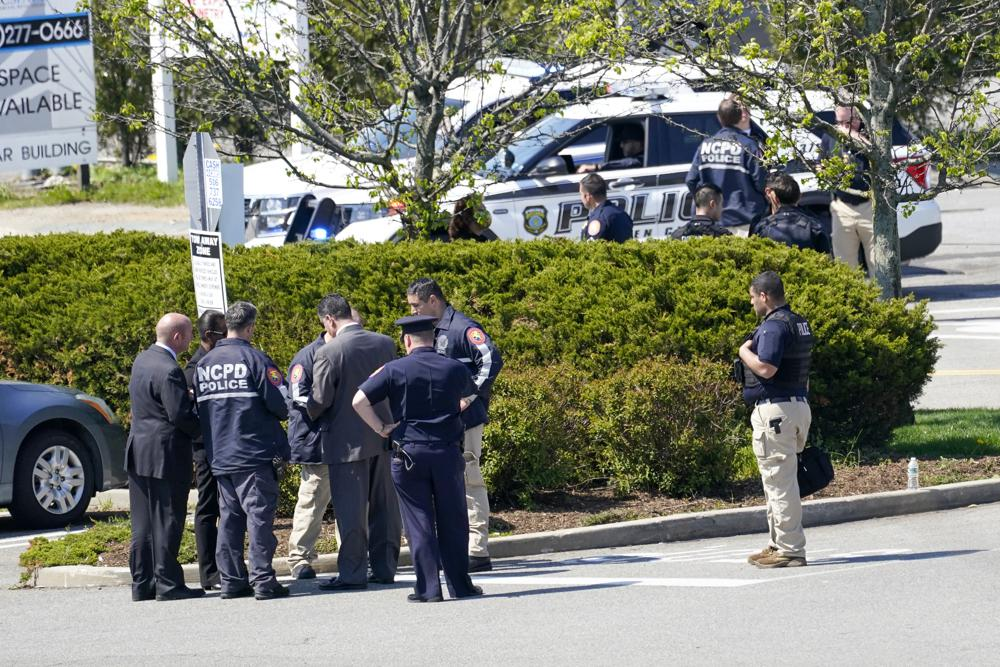 Man arrested after shooting at New York grocery store  leaving 1 killed, 2 wounded