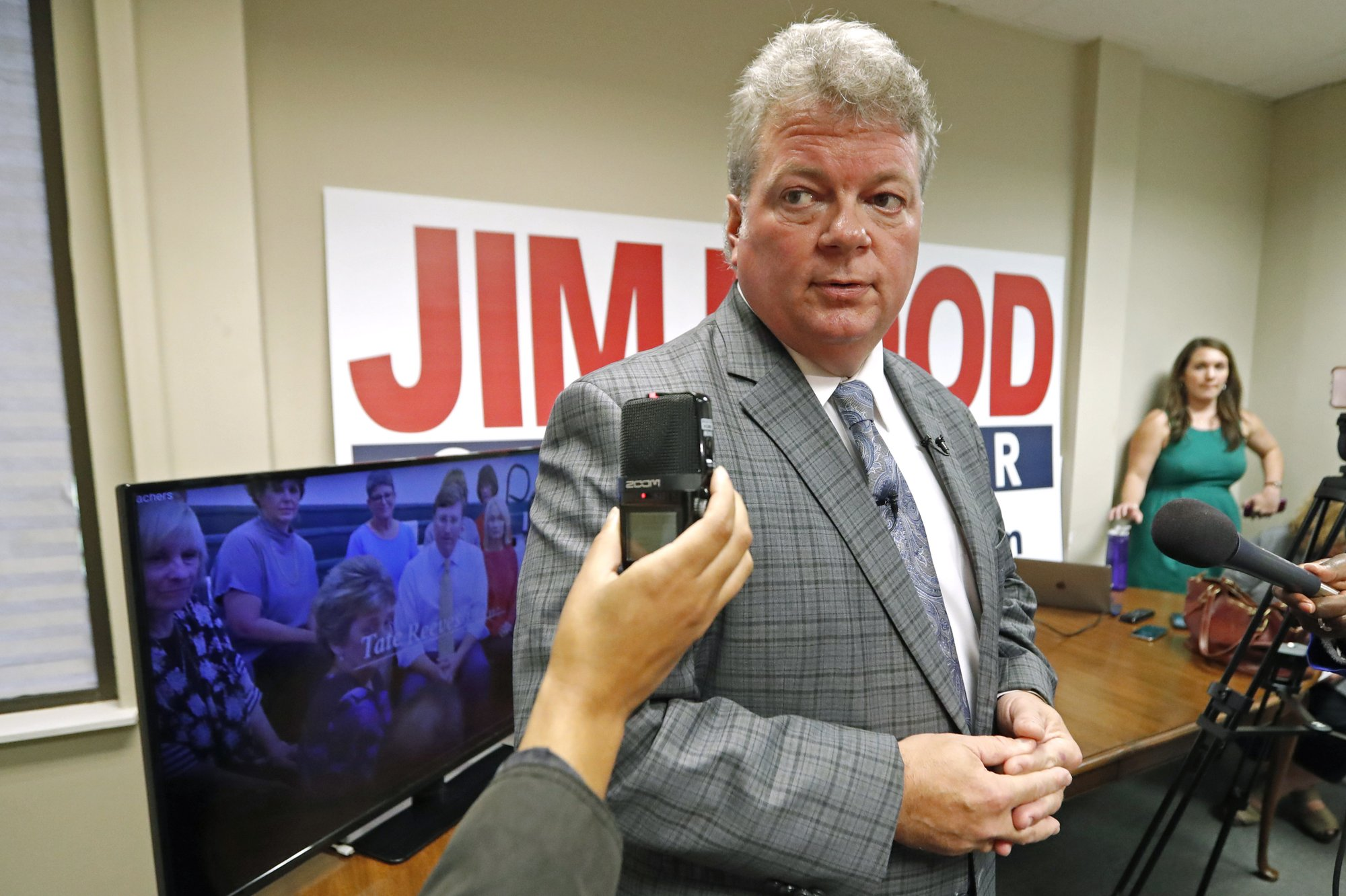 Hood: Reeves commercial filmed at private school is 'phony'