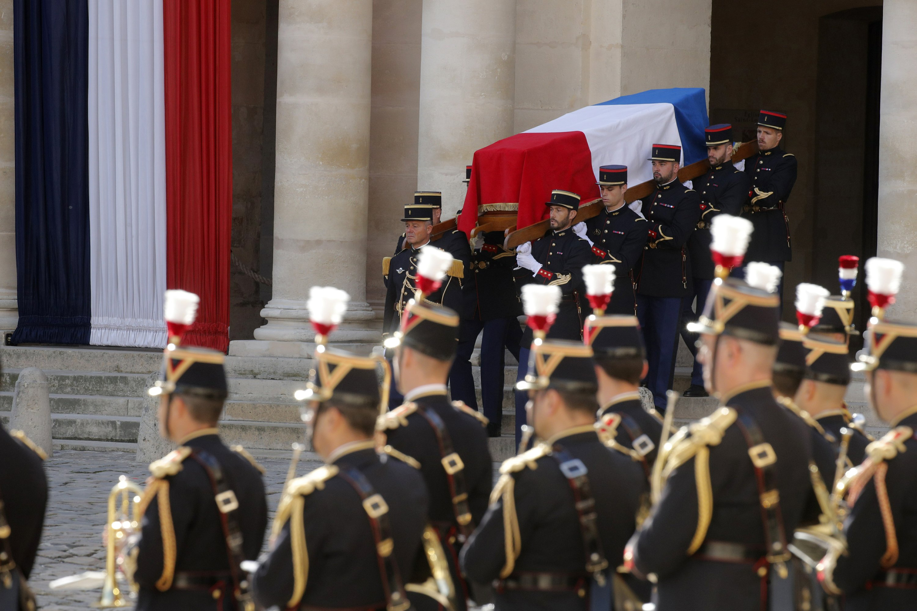 Chirac gets full military honors as France bids him farewell