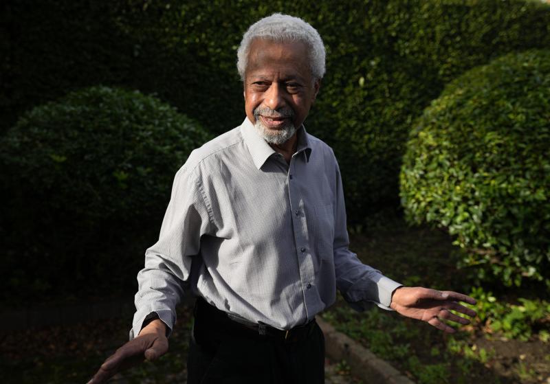 """El escritor tanzano Abdulrazak Gurnah posa en su casa en Canterbury, Inglaterra, el jueves 7 de octubre de 2021. Gurnah ganó el Premio Nobel de Literatura el jueves por la mañana. La Academia Sueca dijo que el premio fue en reconocimiento a su """"inflexible y compasiva penetración de los efectos del colonialismo y el destino del refugiado en el abismo entre culturas y continentes"""". (Foto AP/Frank Augstein)"""