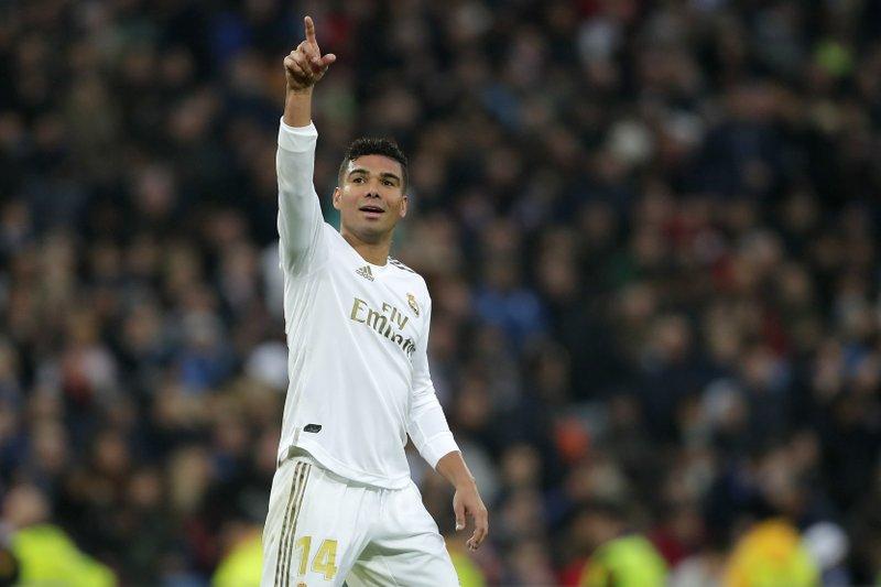 Casemiro scores 2 as Madrid beats Sevilla 2-1