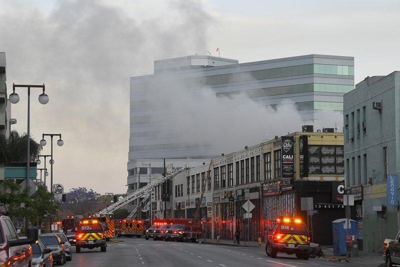 Once bomberos heridos por una explosión en Los Ángeles