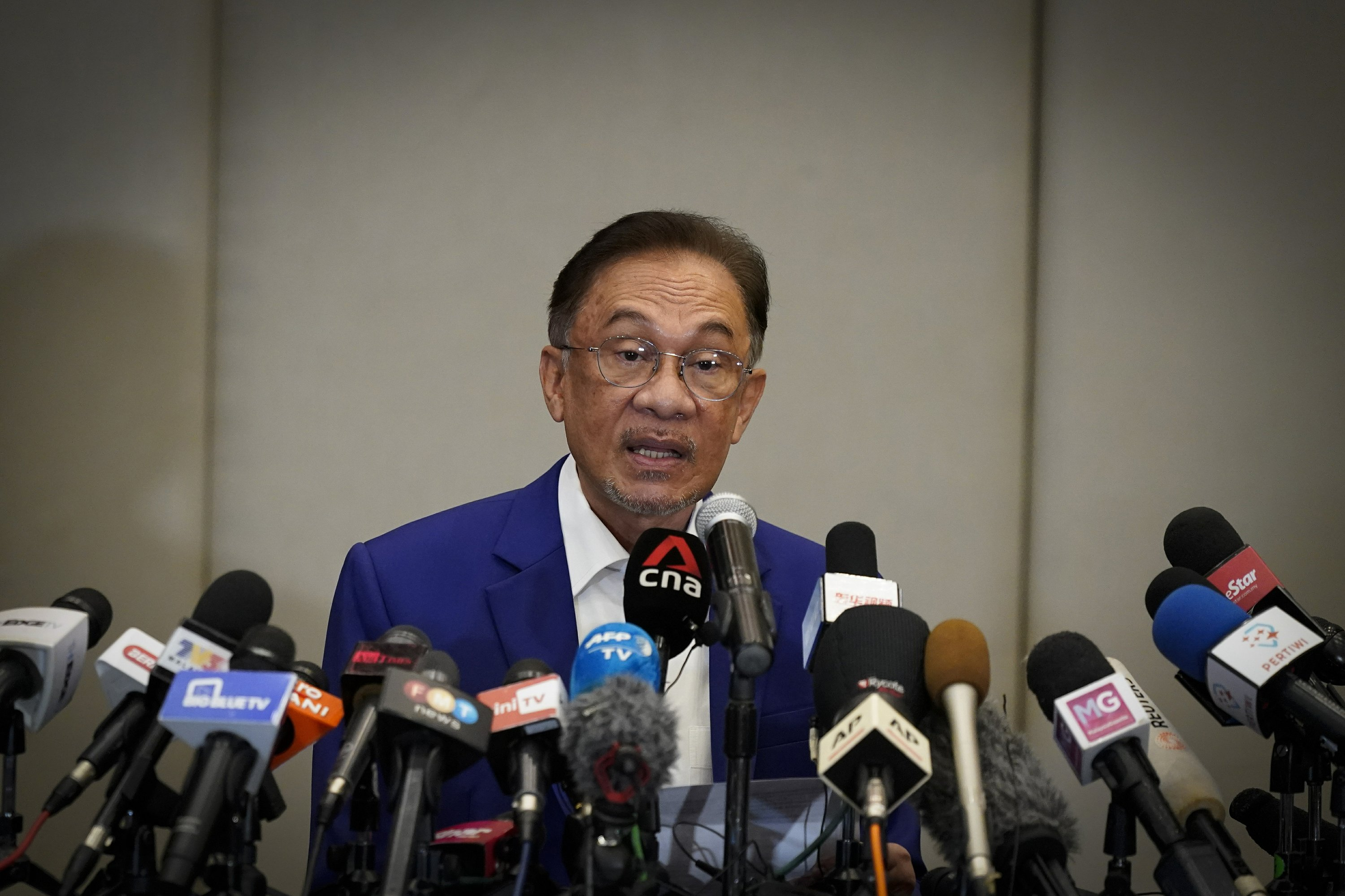 malaysias-anwar-meets-king-in-bid-to-form-new-government