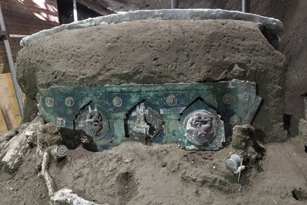 Intact ceremonial chariot found near Pompeii