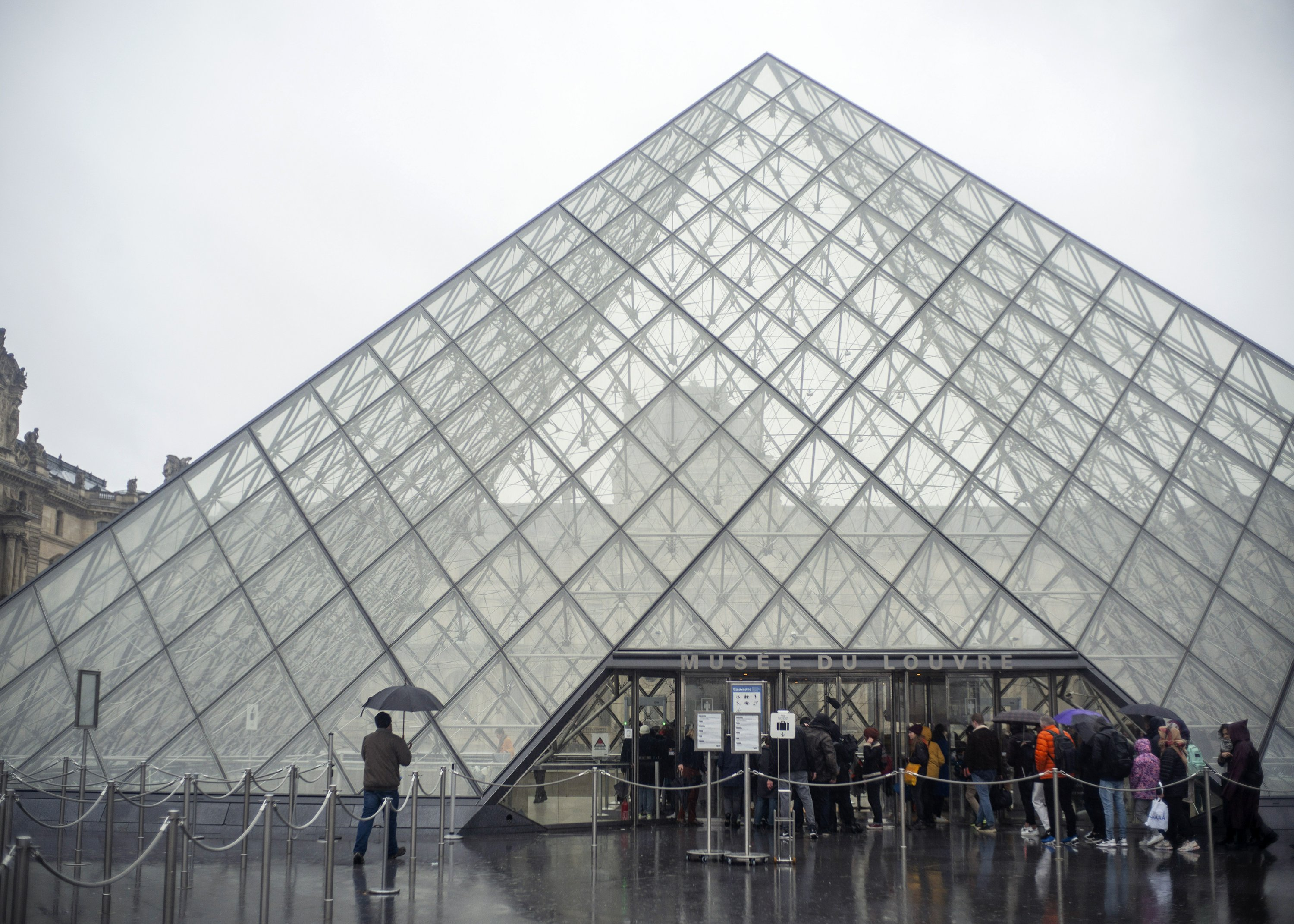 Virus Fears Close Down France S Famed Louvre Museum