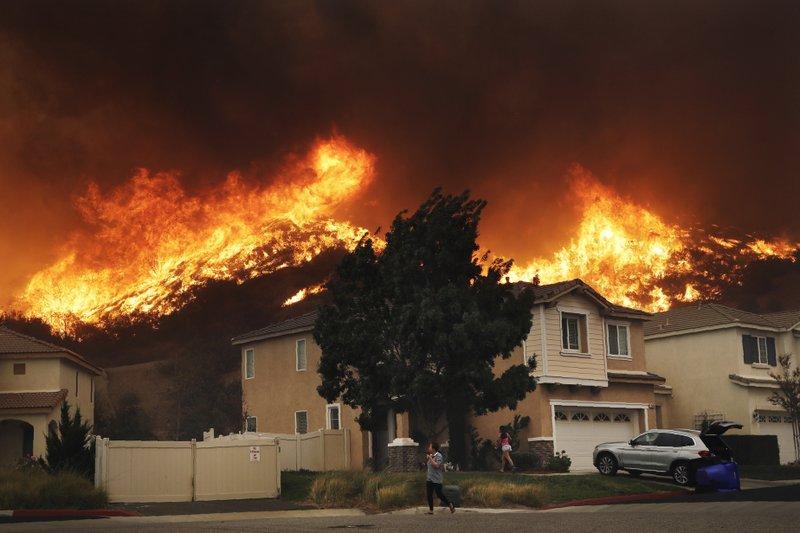Residentes, y famosos, escapan de incendios en California