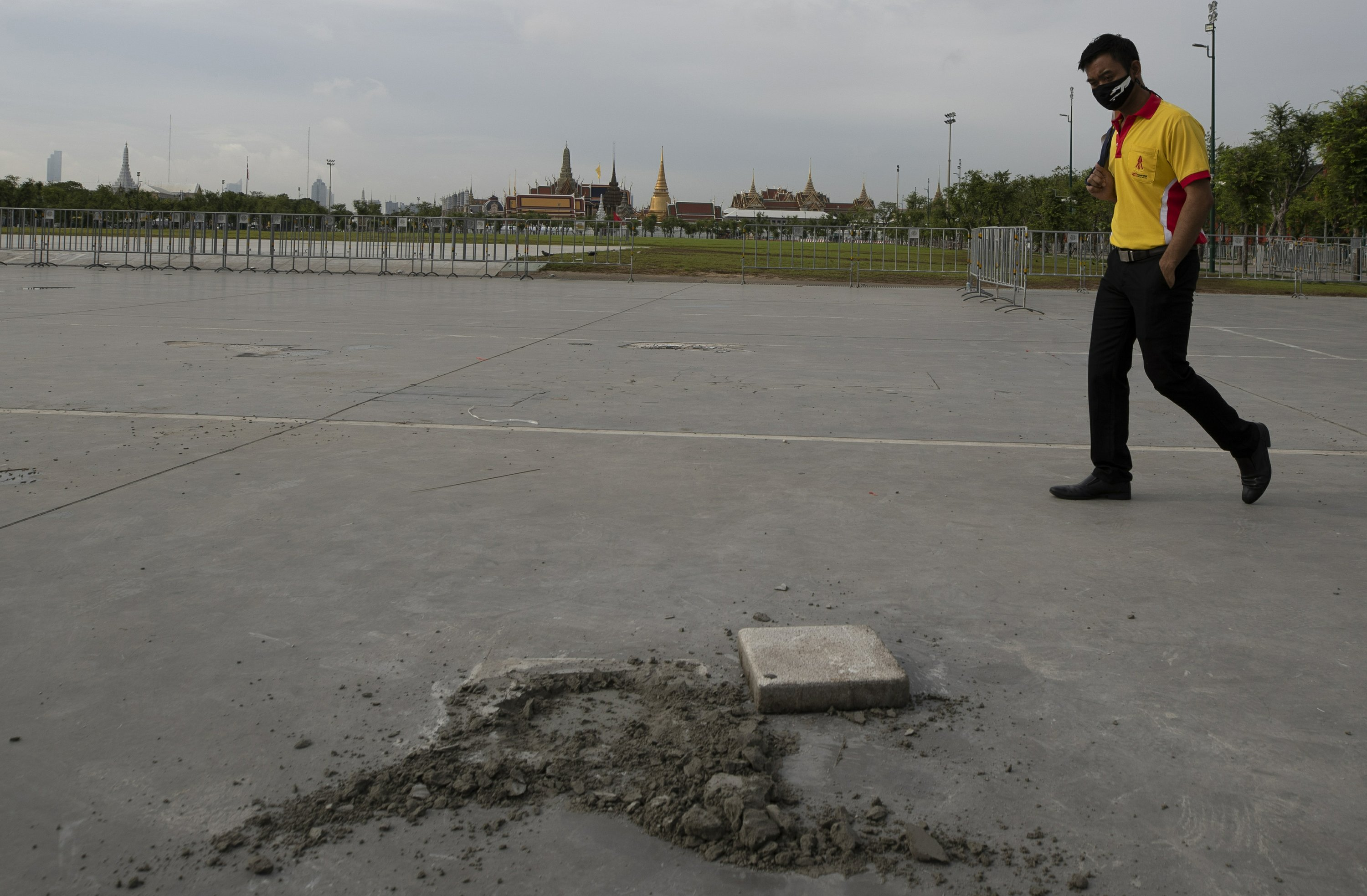 Plaque symbolizing Thai democracy removed in less than a day