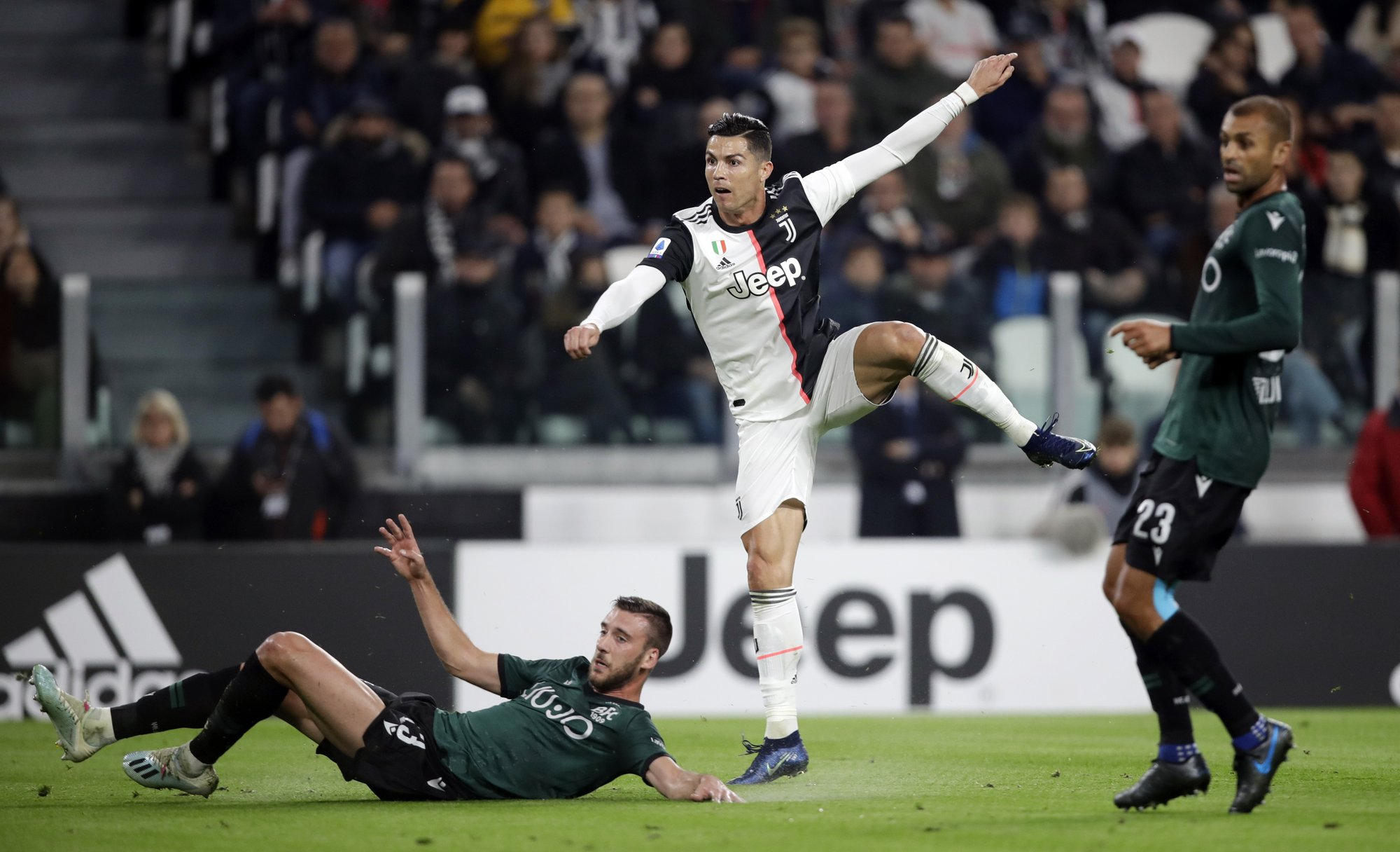 Ronaldo's step-over move fools another defender