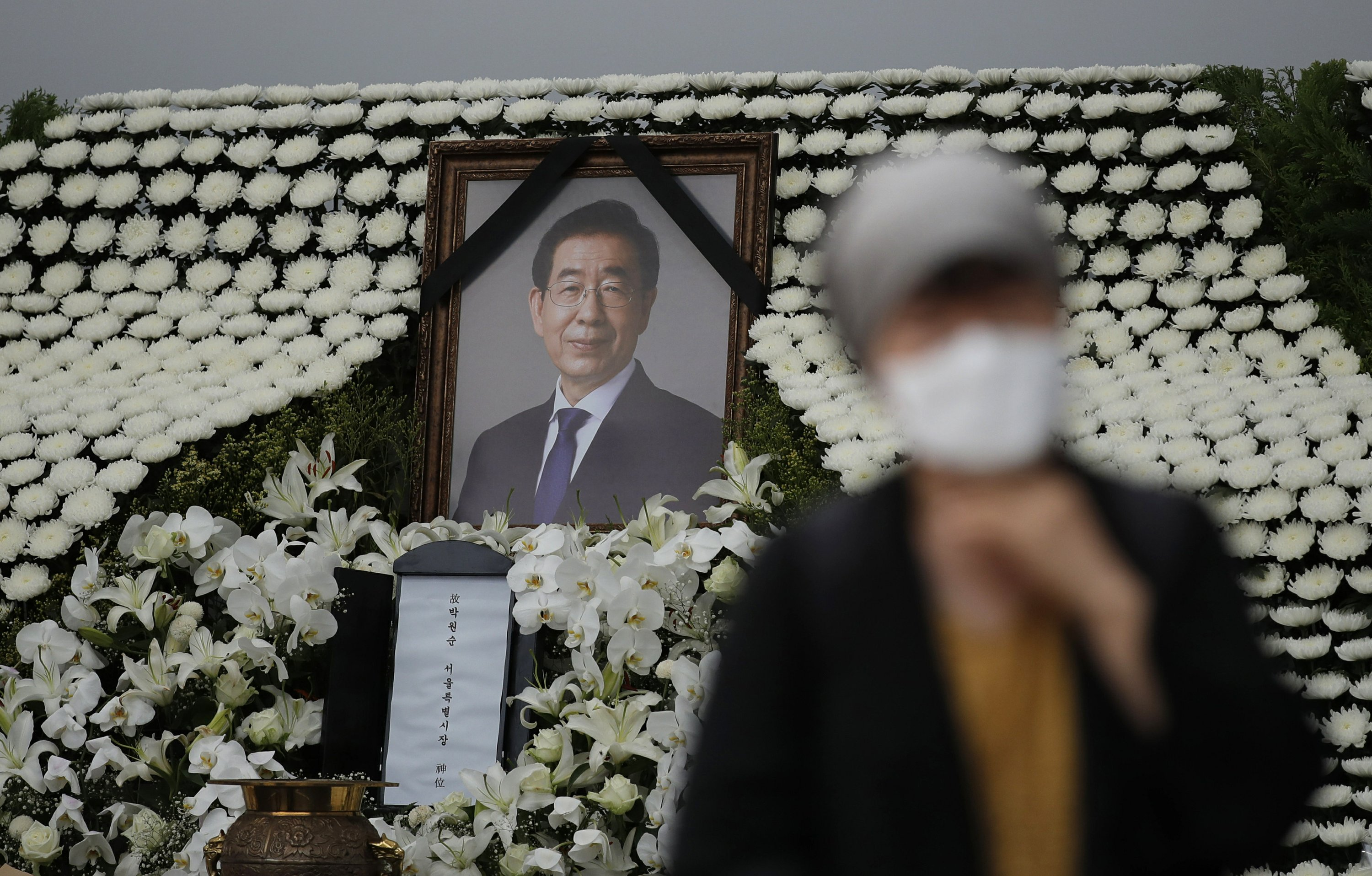 Seoul mayor's funeral draws both condolences and insults