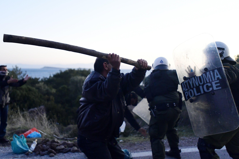 "Картинки по запросу ""Clashes Break Out on Greek Island Against Migrant Camp"""