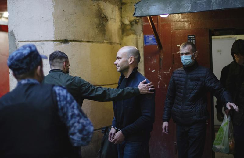 Russian authorities increase pressure on opposition