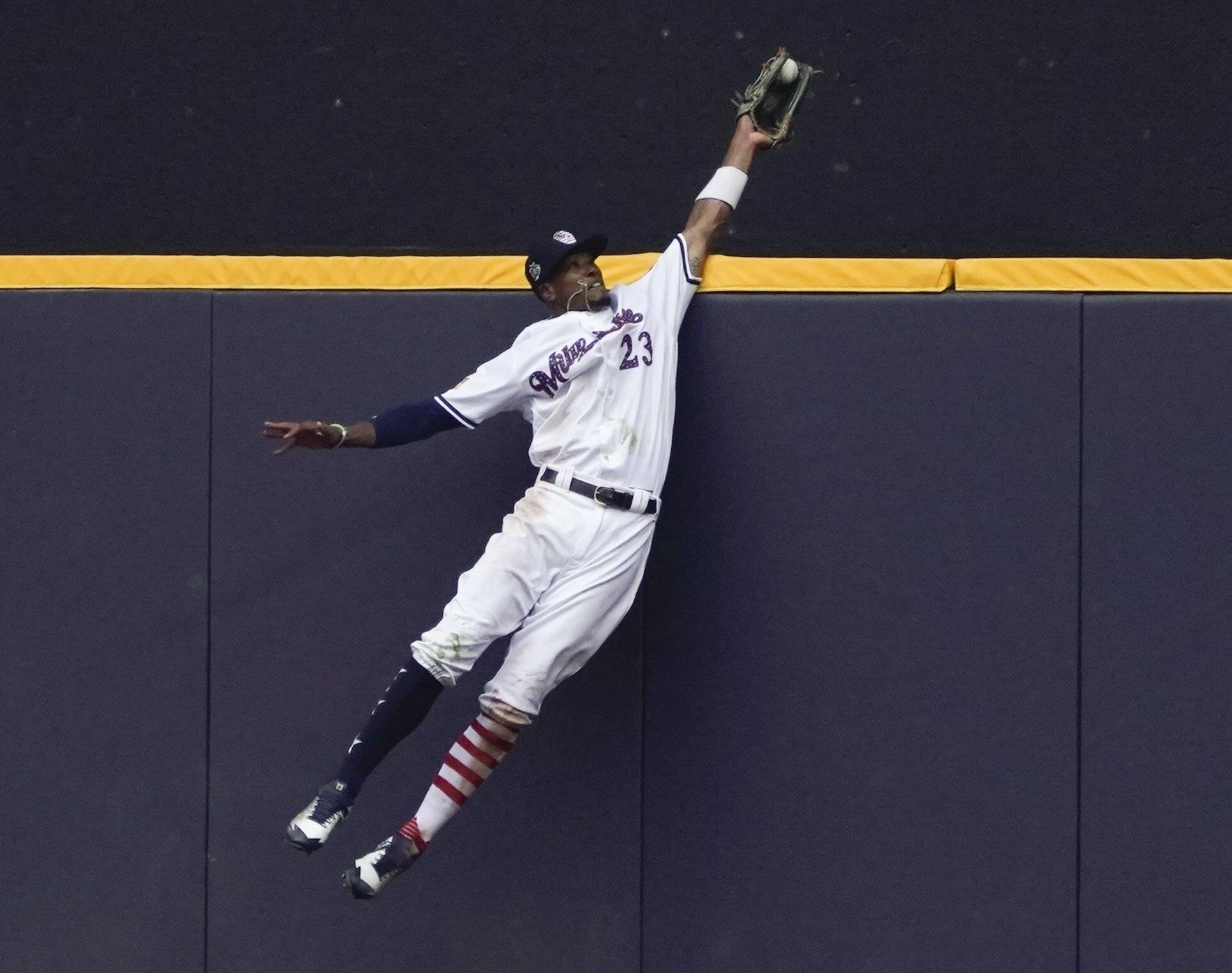 Home run robbers get praise - and swag for spectacular plays