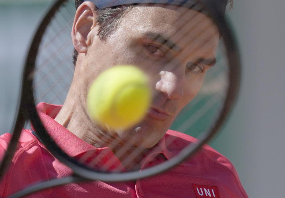 El suizo Roger Federer juega un regreso ante Denis Istomin de Uzbekistán durante su partido de primera ronda en el segundo día del torneo de tenis Abierto de Francia en Roland Garros en París, Francia, el lunes 31 de mayo de 2021 (AP Photo / Thibault Camus).