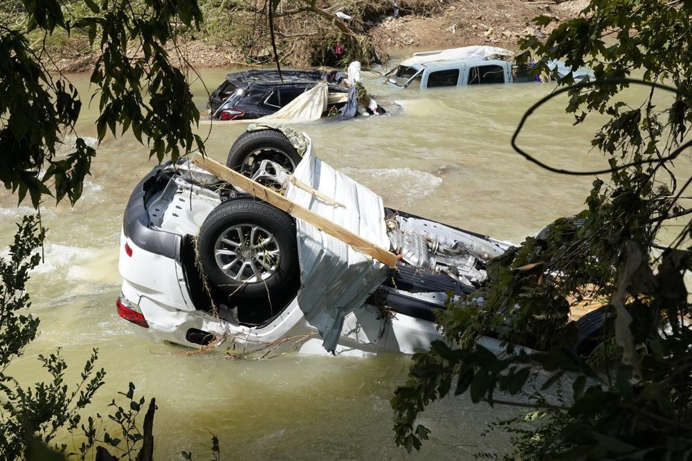 Fahrzeuge kommen am Sonntag, 22. August 2021, in Waverly, Tennessee, in einem Bach zur Ruhe. Heftige Regenfälle haben am Samstag in Middle Tennessee Überschwemmungen verursacht und zu mehreren Todesfällen geführt, als Häuser und Landstraßen weggespült wurden.  (AP Foto/Mark Humphrey)