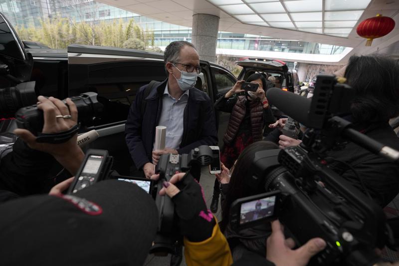 DATOTEKA - Na tej datoteki, ki je bila zapisana v sredo, 10. februarja 2021, Peter Ben Embarek iz ekipe Svetovne zdravstvene organizacije govori z novinarji, ko prispe na letališče, da odide, na koncu njihove misije SZO, da razišče izvor koronavirusa. pandemija v Wuhanu v osrednji kitajski provinci Hubei.  Ko je WHO v začetku tega leta odpotoval na Kitajsko, da bi preiskal izvor pandemije COVID-19, je Peter Ben Embarek dejal, da je zaskrbljen zaradi standardov biološke varnosti v laboratoriju blizu trga, kjer so odkrili prve primere pri ljudeh, v skladu z dokumentarcem, objavljenim v četrtek 12. avgusta 2021, TV2, danski televizijski kanal.  (AP Photo/Ng Han Guan, DATOTEKA)