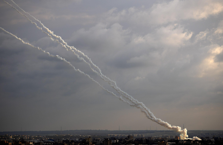 Lanzamiento de cohetes desde la Franja de Gaza hacia Israel, el lunes 24 de febrero de 2020. | AP Photo / Khalil Hamra