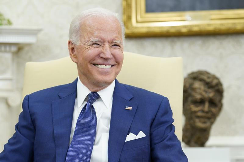الرئيس جو بايدن يبتسم خلال اجتماعه مع رئيس الوزراء العراقي مصطفى الكاظمي في المكتب البيضاوي للبيت الأبيض في واشنطن ، الاثنين 26 يوليو 2021 (AP Photo / Susan Walsh)