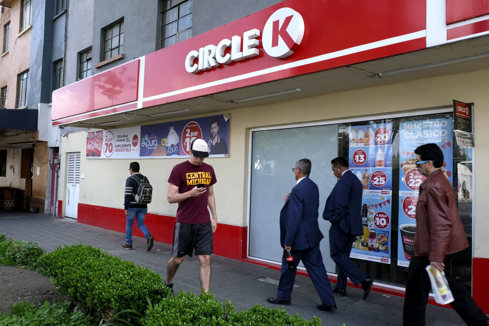"Circle K Mexico apologizes for ""sexist"" Secretary Day ad"