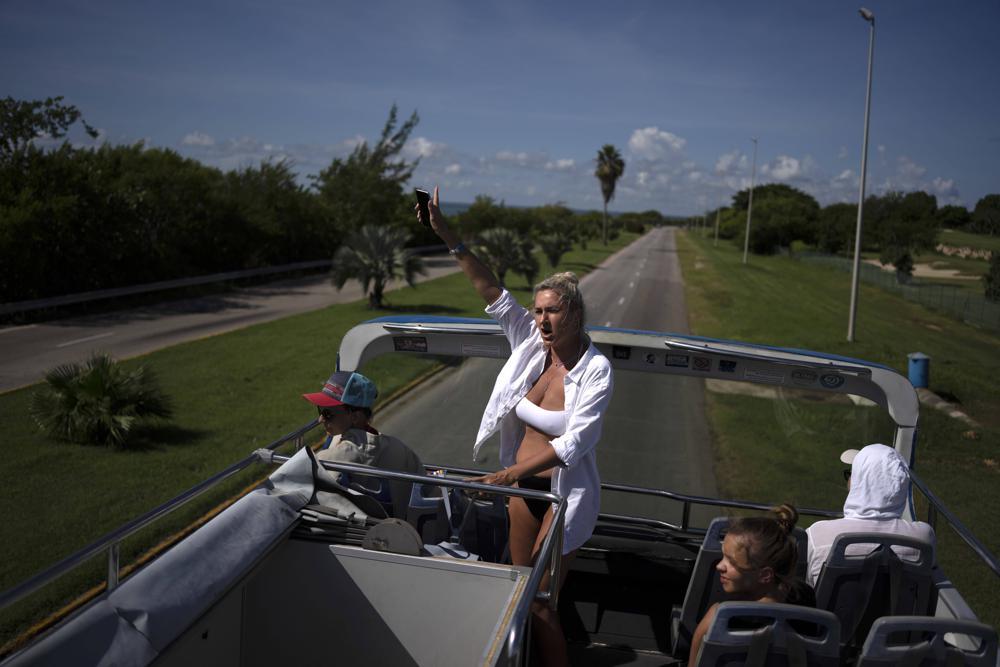 Russische Touristen winken aus einem Bus während einer Stadtrundfahrt in Varadero, 29. September 2021   Bildquelle: https://t1p.de/1ow9 © APAP Photo/Ramon Espinosa   Bilder sind in der Regel urheberrechtlich geschützt