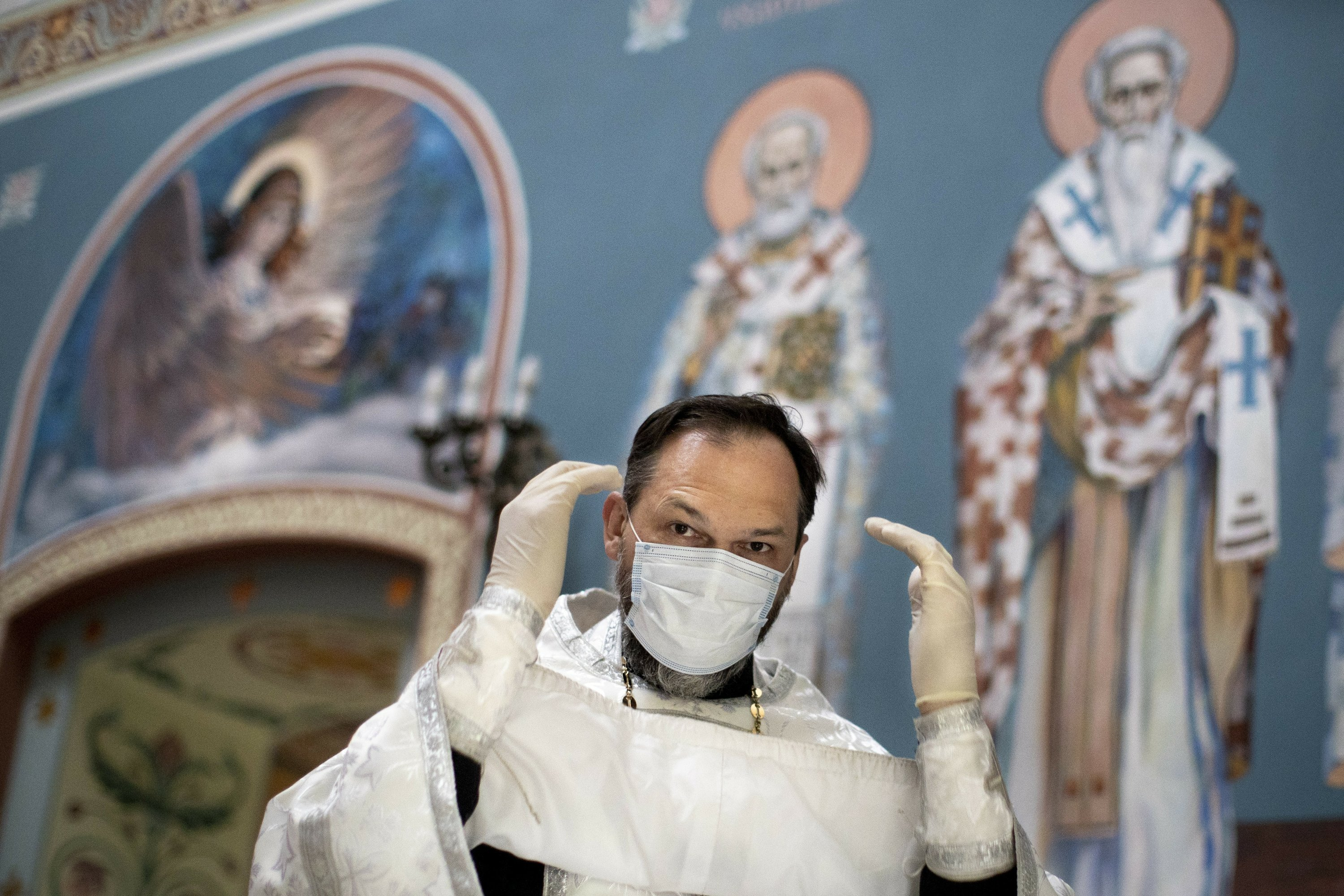 Russian Orthodox priest tends to Moscow's COVID-19 patients thumbnail