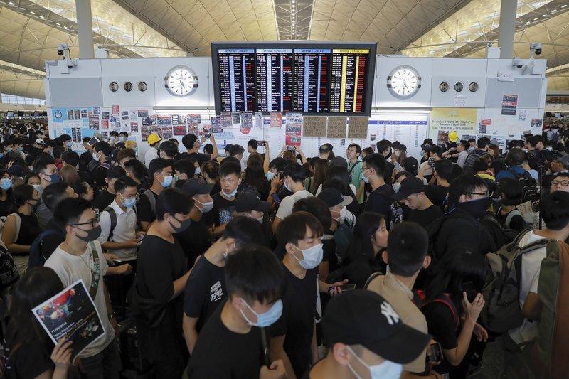 f461e8e355b Hong Kong airport shuts down amid pro-democracy protest