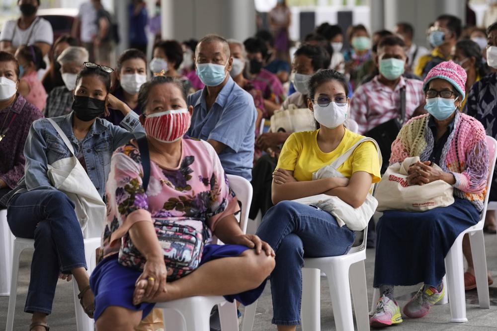 Người dân chờ đợi để được tiêm vắc-xin AstraZeneca COVID-19 tại Trung tâm Tiêm chủng Trung tâm ở Bangkok, Thái Lan, Thứ Năm, ngày 15 tháng 7 năm 2021. Khi nhiều quốc gia châu Á chiến đấu chống lại sự gia tăng mới của ca nhiễm coronavirus, đối với nhiều quốc gia đầu tiên của họ, sự chậm chạp- Dòng liều vắc xin từ khắp nơi trên thế giới cuối cùng cũng đang tăng tốc, mang lại hy vọng rằng tỷ lệ tiêm chủng thấp có thể tăng nhanh chóng và giúp làm giảm tác dụng của biến thể delta đang lây lan nhanh chóng.  (Ảnh AP / Sakchai Lalit)