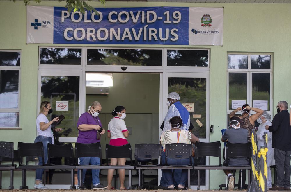 Menschen mit COVID-19-Symptomen warten am Freitag, den 28. Mai 2021, vor einem voll ausgelasteten Krankenhaus in Ribeirao Preto, Bundesstaat Sao Paulo, Brasilien, auf Hilfe. Die Stadt hat diese Woche strenge Abschaltmaßnahmen verhängt, um die Ausbreitung des Virus zu stoppen , zum ersten Mal den öffentlichen Nahverkehr einstellen und Supermärkte schließen.  (AP-Foto/Andre Penner)