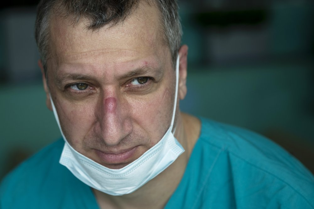"""""""The current situation doesn't allow"""" for rest, admits a French doctor fighting for the lives of coronavirus victims"""