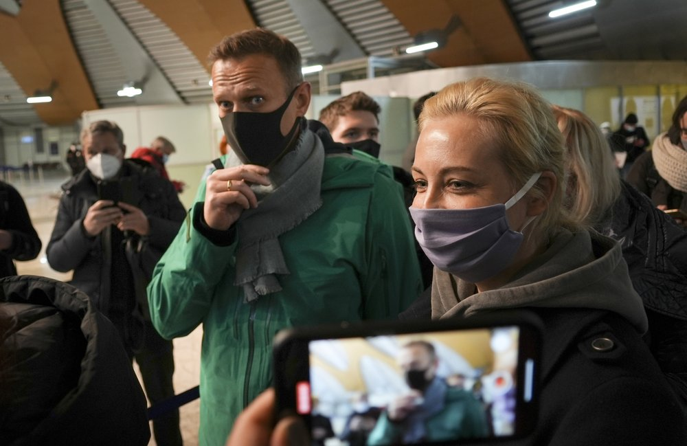 """""""Don't be afraid, take to the streets,"""" Navalny said to supporters after sentenced to 30 days in jail"""