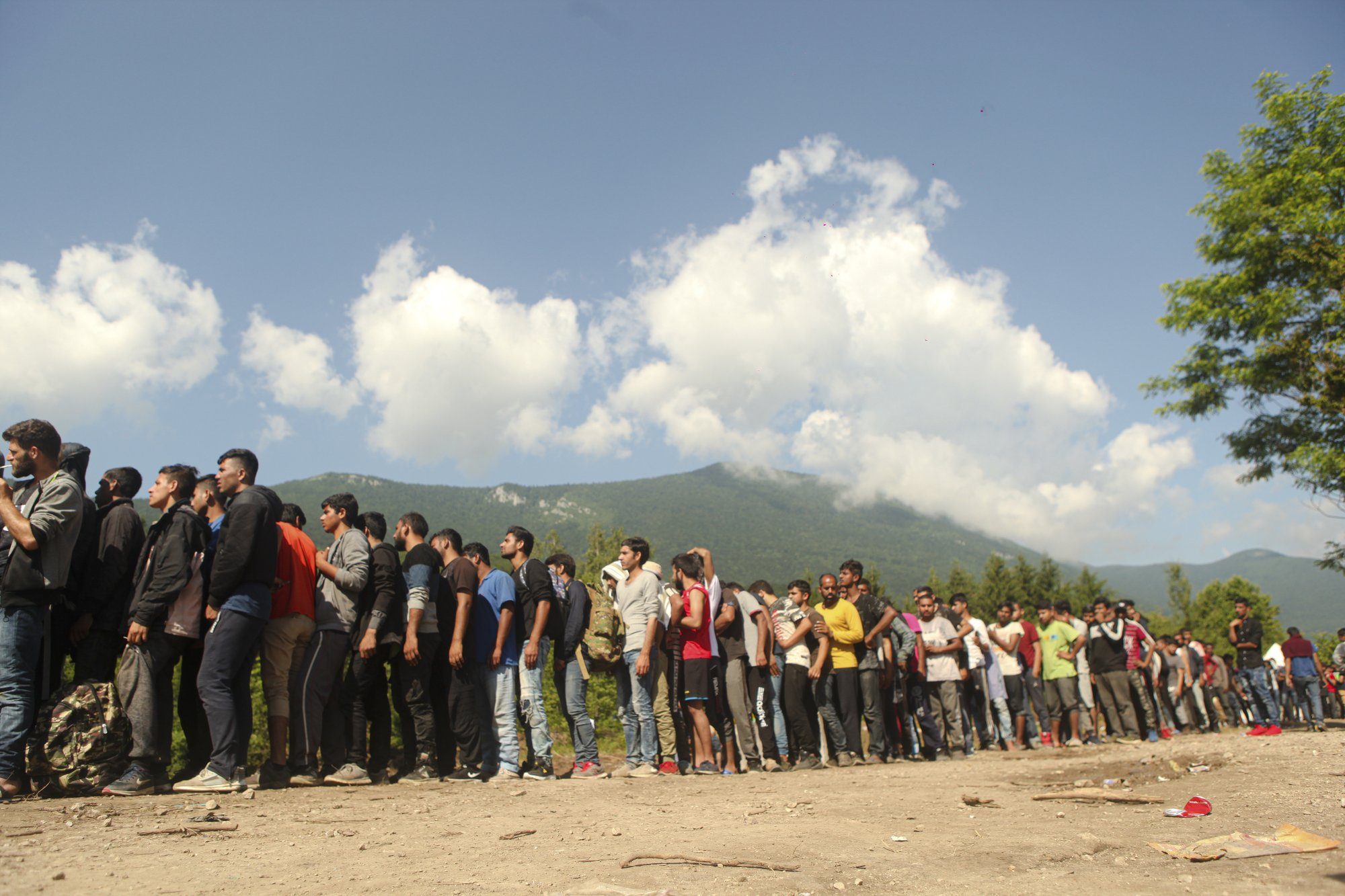 Bosnian authorities round up migrants amid crisis warnings