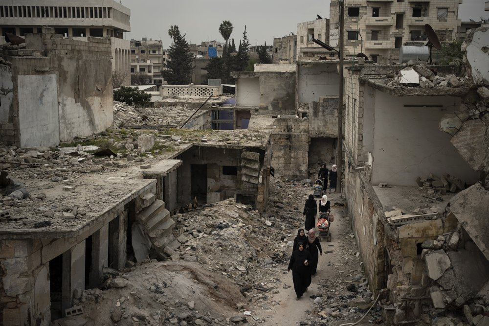 Syrians fleeing hometown as its being overwhelmed by fighting Syrian government troops