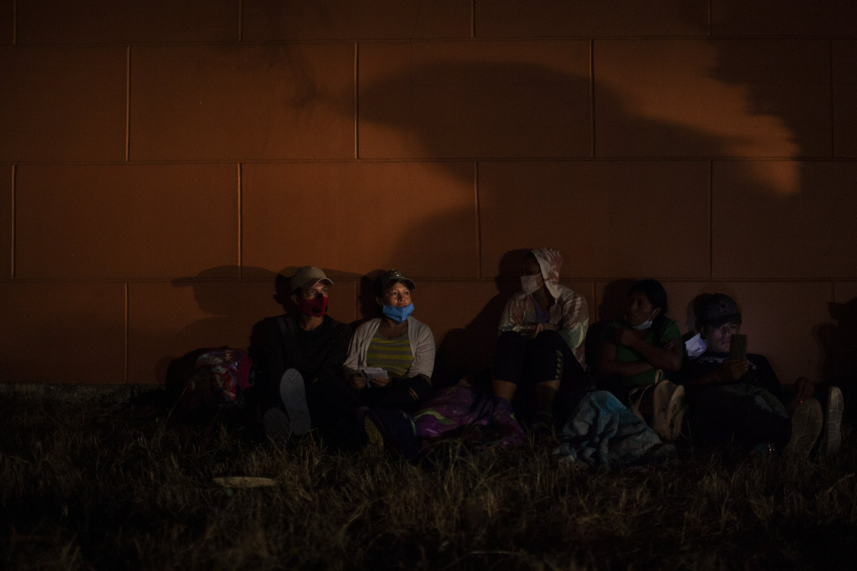 Guatemala tries blocking caravan of 9000 Honduran migrants – The Associated Press