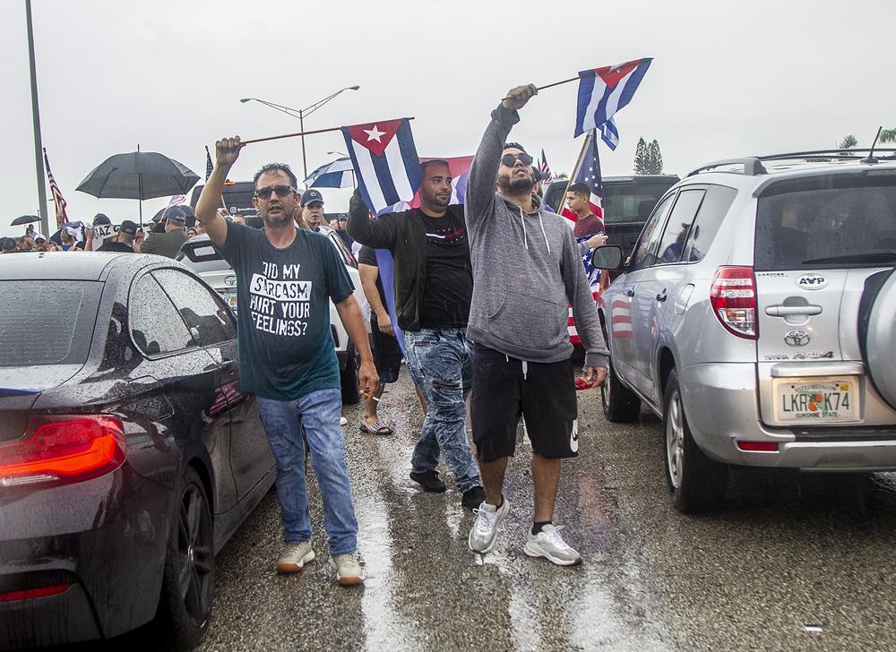Exilkubaner blockieren den Palmetto Expressway in Südflorida | Bildquelle: https://t1p.de/hzri © Pedro Portal/Miami Herald via AP | Bilder sind in der Regel urheberrechtlich geschützt