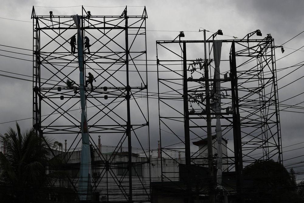 Сильный тайфун обрушился на пострадавшие от пандемии коронавируса Филиппины (ФОТО)