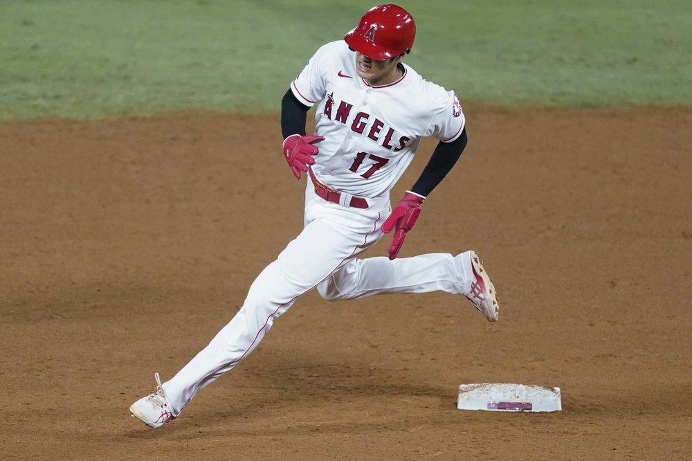 El bateador designado de los Angelinos de Los Ángeles, Shohei Ohtani, corre en la segunda base después de un doble de Taylor Ward durante la quinta entrada del juego contra los Rangers de Texas el sábado 19 de septiembre de 2020.