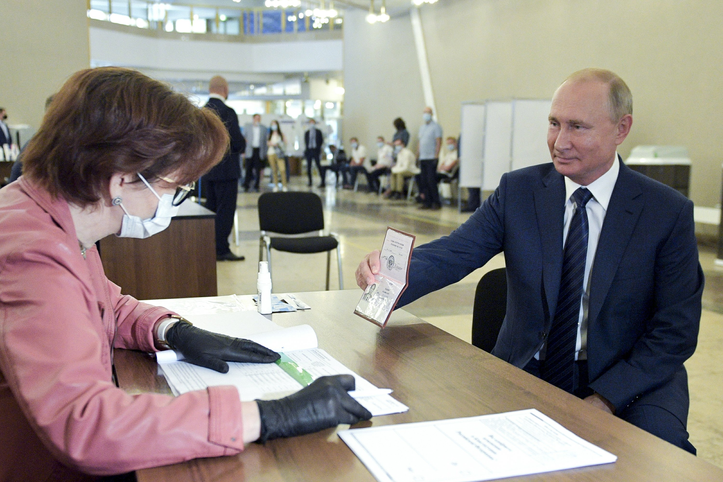 Russian officers: 78% of voters again extending Putin's rule thumbnail
