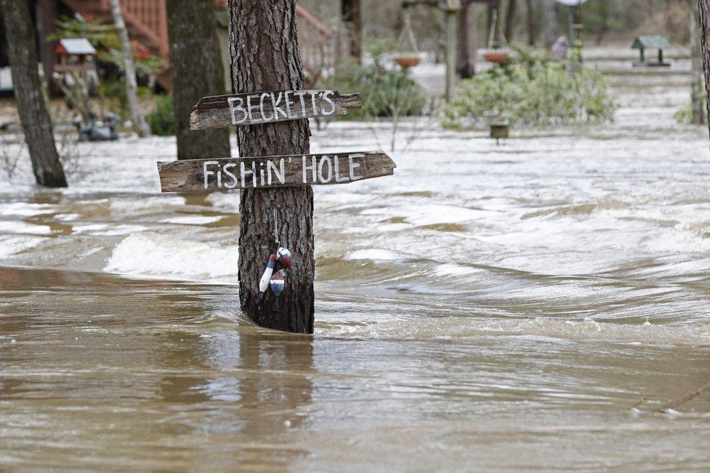 Hundreds still flooded from homes in Mississippi capital