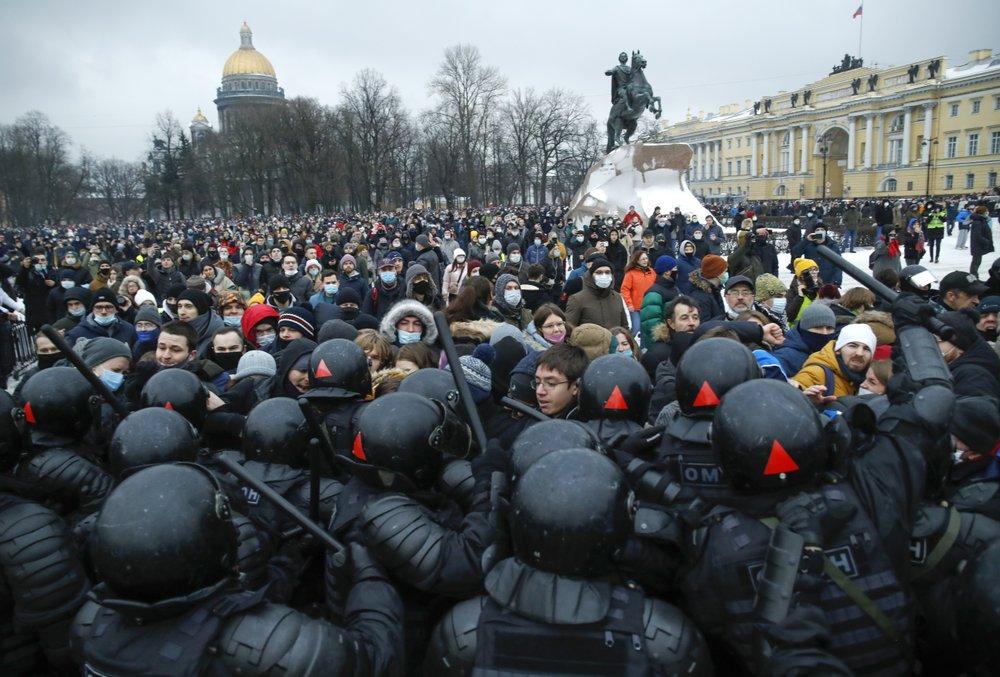Police arrest 3,000 protesters demanding Navalny's release