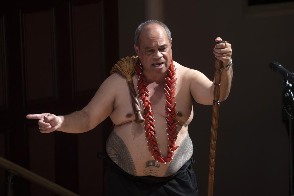 Aupito William Sio, der neuseeländische Minister für pazifische Völker, spricht während einer Zeremonie in Auckland am Sonntag, den 1. August 2021, um sich offiziell für einen rassistisch aufgeladenen Teil der Geschichte der Nation, bekannt als die Dawn Raids, zu entschuldigen.  Die Dawn Raids sind als die Zeit bekannt, in der die Pasifika Mitte der 1970er Jahre während aggressiver Hausdurchsuchungen von Behörden abgeschoben wurden, um Visa-Overstayer zu finden, zu überführen und abzuschieben.  (Brett Phibbs/New Zealand Herald über AP)