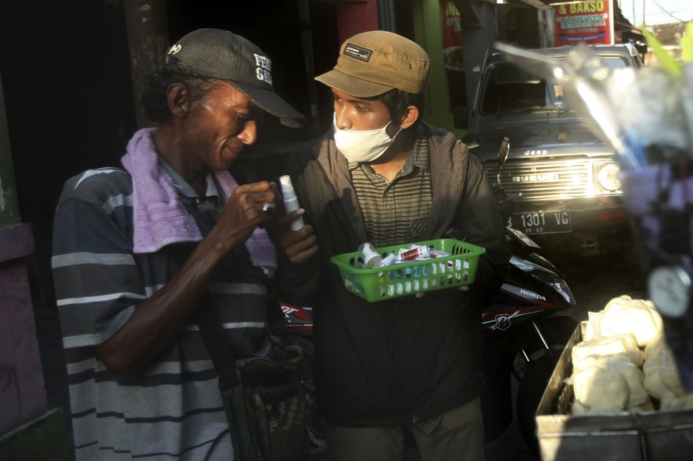 Indonesian students provide sanitizers to daily workers to fight virus