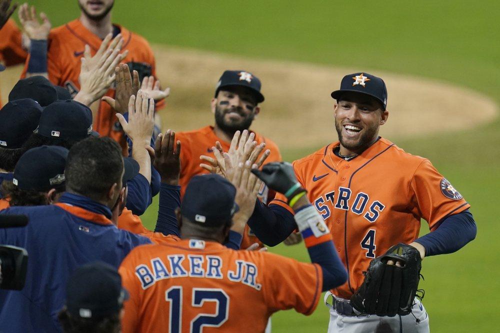 Los Astros de Houston George Springer (4) y José Altuve celebran con sus compañeros de equipo después de ganar el Juego 6 de la Serie de Campeonato de la Liga Americana de MLB contra los Rays de Tampa Bay el viernes 16 de octubre de 2020.