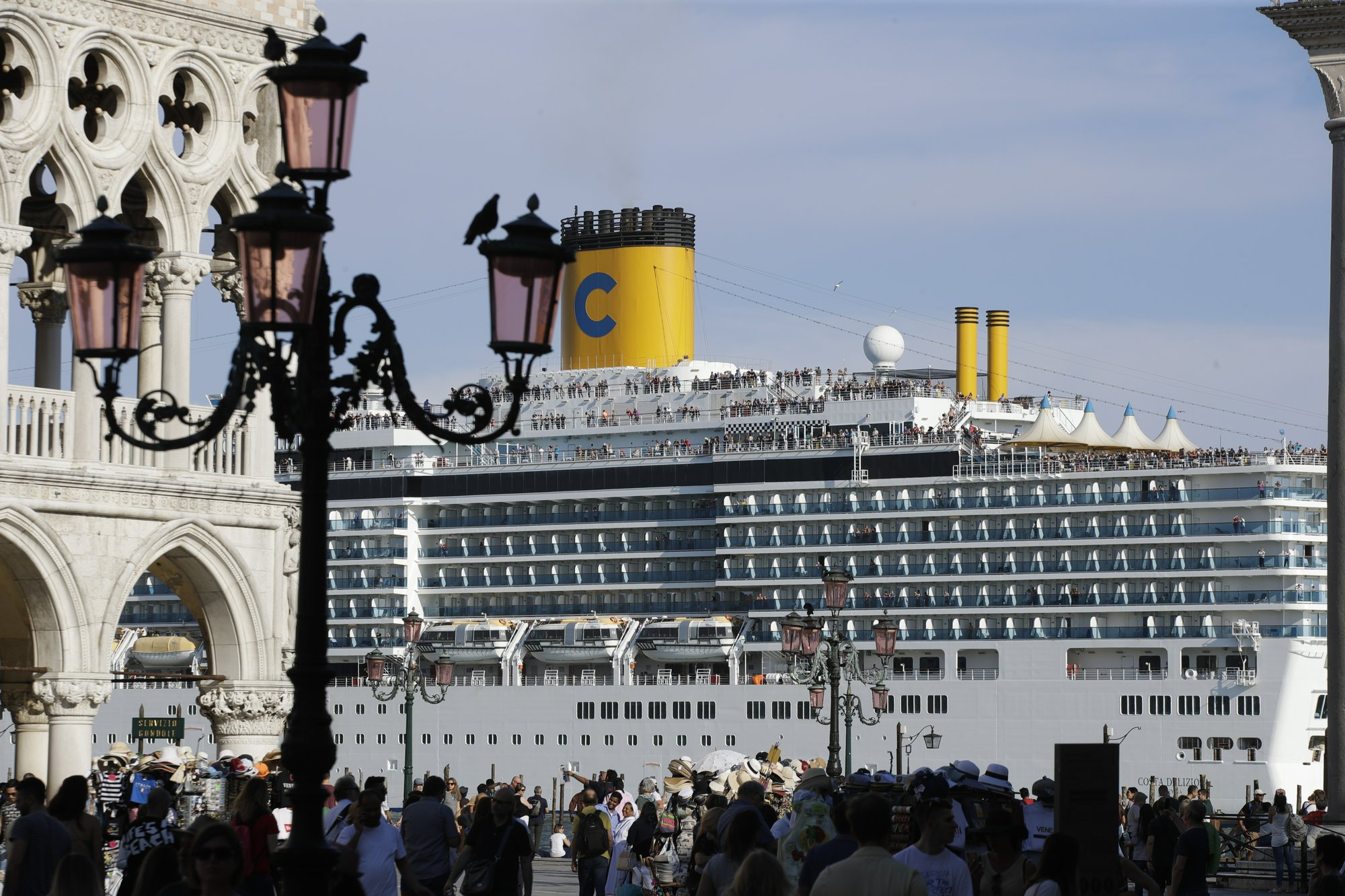 5 injured in Venice as cruise ship slams into tourist boat