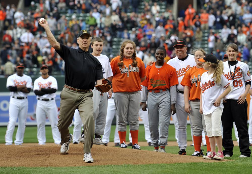 El vicepresidente Joe Biden lanza el primera bola antes del juego de MLB del día inaugural de los Orioles de Baltimore y los Yankees de Nueva York en Camden Yards en Baltimore.