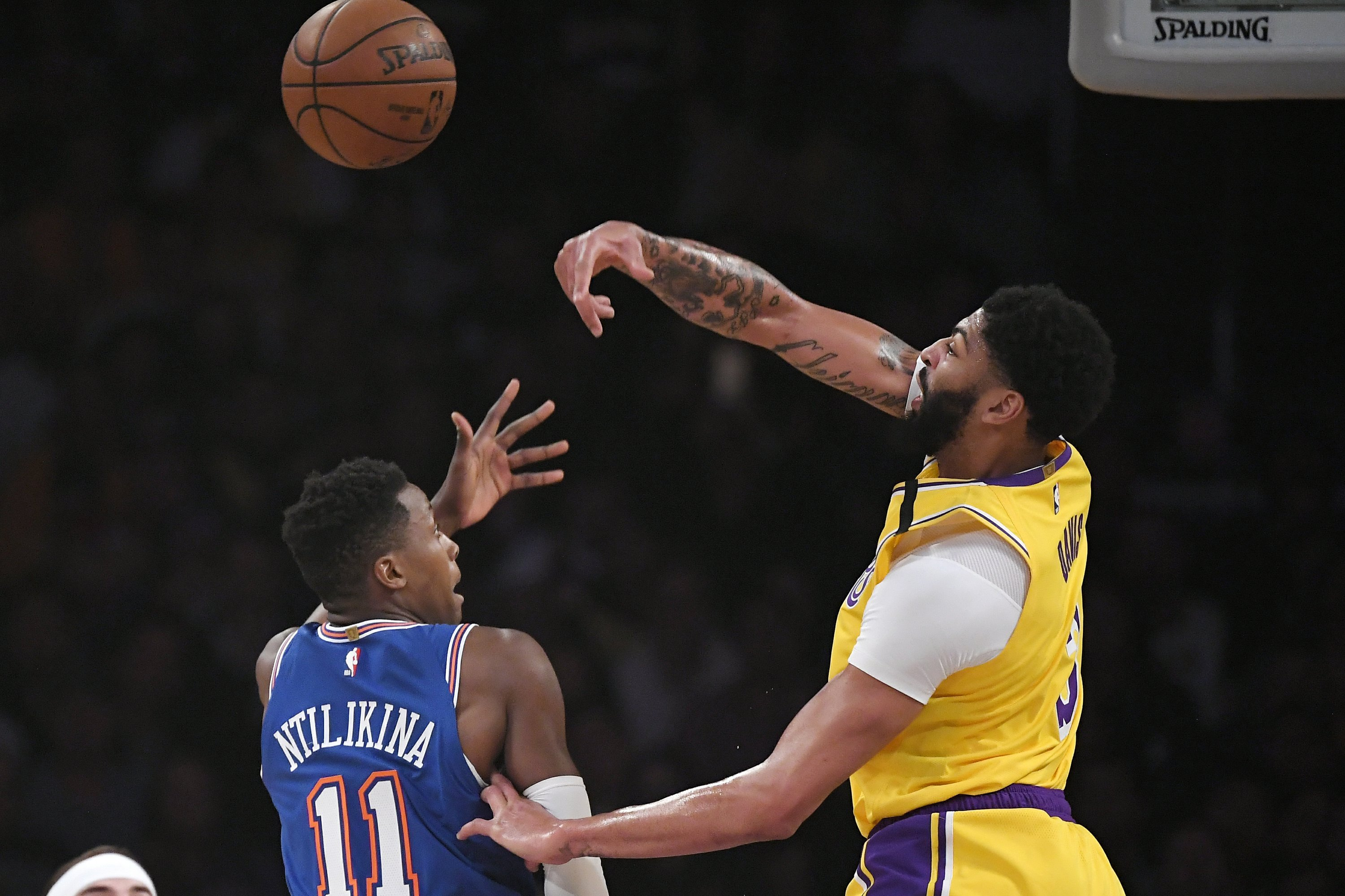 Lakers Anthony Davis Falls Hard On Tailbone Leaves Game