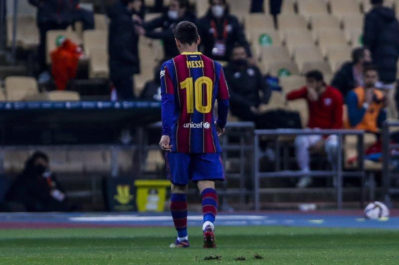 Lionel Messi tras ser expulsado en la derrota 3-2 ante el Athletic Bilbao en la final de la Supercopa de España, disputada en el estadio La Cartuja de Sevilla, el domingo 17 de enero de 2021. (AP Foto/Miguel Morenatti)